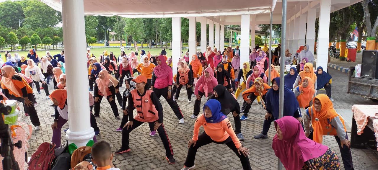 Senam Rutin Selasa sore Dispora Kolaborasi dengan Dharma Wanita Persatuan Kab. Lumajang.